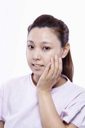 特別乾燥的部位可以避免使用海綿去推抹,改用手指或粉底比刷輕輕按壓,可以減少因為肌膚乾荒造成的脫皮浮粉問題產生。