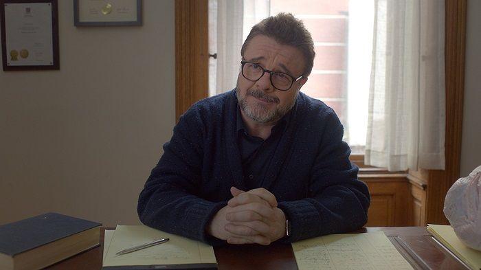 奈森連恩飾演暖男心理醫生,鼓勵凱莉列一張人生清單,找到快樂解藥