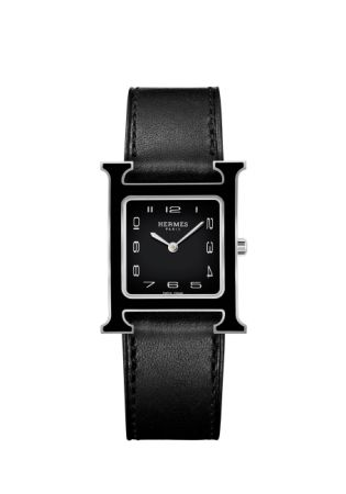 錶盤:黑色漆面錶盤 / 白色轉印阿拉伯數字時標 / 鍍銠指針錶殼:由Philippe Mouquet 於1996 年設計 / 316L 精鋼黑漆方形錶殼 / 26 x 26 毫米 / 防眩光藍寶石水晶錶鏡 / 防水3 大氣壓 / 另有小款可供選擇:21 x 21 毫米機芯: 瑞士製造石英機芯功能: 小時、分鐘顯示錶帶: 黑色Barénia 小牛皮可互換式單圈錶帶 / 316L 精鋼針扣,17 毫米