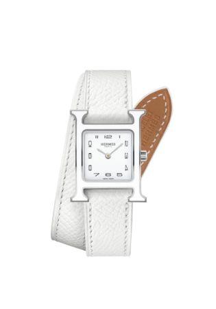 錶盤:白色漆面錶盤 / 深灰色轉印阿拉伯數字時標 / 鍍銠指針錶殼:由Philippe Mouquet 於1996 年設計 / 316L 精鋼白漆方形錶殼:21 x 21 毫米 / 防眩光藍寶石水晶錶鏡 / 防水3 大氣壓 / 另有中款可供選擇:26 x 26 毫米機芯:瑞士製造石英機芯功能:小時、分鐘顯示錶帶:白色粒面可互換式雙圈小牛