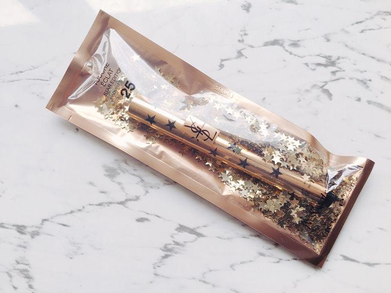 YSL超模聚焦明采筆25週年的金色包裝袋中裝滿無數金色小星星亮片。