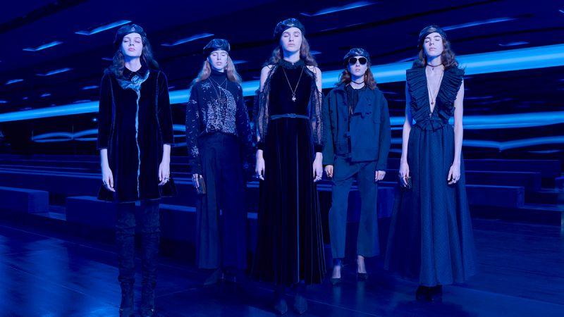 """""""所有顏色中,海軍藍是唯一可與黑色相抗衡的色調,它擁有了所有等同黑色的特性。"""" – 迪奧先生《The Little Dictionary of Fashion》。"""