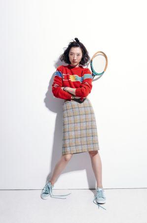 1. 拼圖撞色針織毛衣,Agnes b。2. 高腰毛呢及膝格子裙,Agnes b。3. 麂皮運動休閒鞋,Adidas Originals,NT3,490。4. 金屬造型手環,Max&Co.。