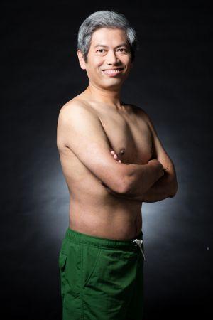 策展人溫先生,治療後皮膚恢復狀況良好,終於能帶兒子下水游泳,感受親子時光