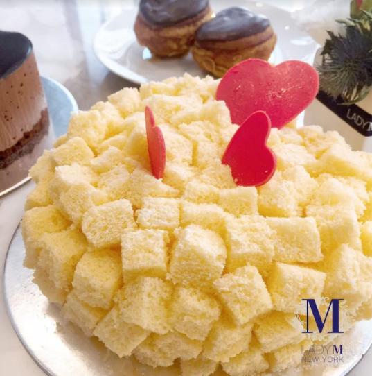 心型方塊起司海綿蛋糕,六吋1,600元,不售單片。晶華專櫃限量販售鬆軟輕巧的方塊海綿蛋糕,包裹內層香濃奶油與馥郁芬芳的櫻桃白蘭地香氣,甜蜜誘惑,使人難以抗拒。