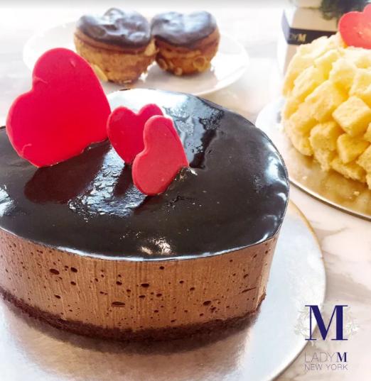 心型皇冠巧克力蛋糕,六吋1,600元,不售單片。旗艦店限量販售。榮獲美國《VOGUE》選為「紐約十大最時尚巧克力蛋糕」的心型皇冠巧克力蛋糕,濃郁口感層層傳遞巧克力香氣及誠心的愛意。