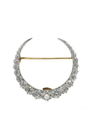 (上) Tiffany 新月形髮夾 (1880 - 1910)黃金、鉑金與鑽石3.3 4.2 x 1.2 cm(下) Tiffany 冠冕形髮夾 (1880 - 1910)鉑金、純銀、鑽石與珍珠11 x 4.9 x 1.5 cm新月型髮夾與冠冕形髮夾可相互替換和轉換,可作為髮夾或胸針使用。