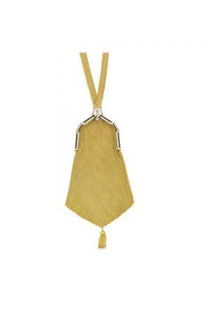 Tiffany手袋 (1925)黃金、鉑金、鑽石、珍珠與瑪瑙36.8 x 11.4 x 0.8 cm網眼手袋最初在19世紀80年代左右開始流行。這款手袋的靈感源自鏈條包,到了19世紀80年代中期,鏈條包逐漸過時,但女士仍需要一個能夠存放私人物品的替代品。傳統織物包款被網眼面料及與手袋邊框相配的鏈條所取代。早期的網眼手袋採用手工打造,能工巧匠將黃金絲線交織製成網眼。1909年,自動網眼製造機誕生,降低了手袋的製造成本,而奢侈品牌仍以手工打造包款,彰顯精湛工藝。網眼手袋通常由黃金或純銀製成,邊框鑲嵌鑽石,底部懸掛流蘇,在社交晚宴中,幽暗的燈光在手袋表面形成微妙的折射,閃耀粼粼微光。Tiffany最初在1897年的Blue Book中開始宣傳網眼手袋,在1897年至1921年的年度目錄中都能看到它的身影。