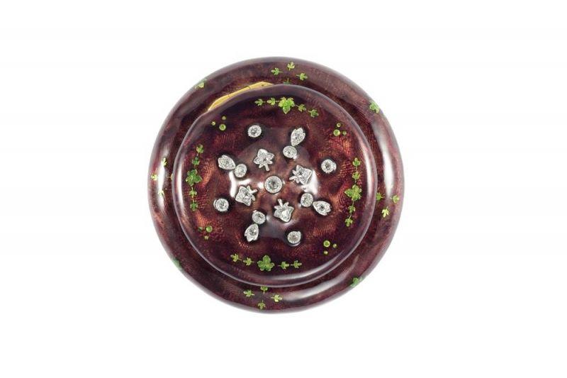"Tiffany 糖果盒 (1880 - 1895)黃金、鉑金、鑽石與琺瑯2.2 x 5.3 cm這款金質琺瑯糖果盒飾有精緻的鑽石細節。糖果盒又稱為Bonbon或bon-bons,由兩個法文單詞bon組成,表示 ""好"" ,可以只任何類型的小糖果,尤其是裹有巧克力外衣的小糖果。這類糖果盒最早出現在17世紀的法國宮廷,主要用於存放糖果。Tiffany從1868年開始銷售糖果盒配飾。1878年4月Tiffany在紐約當地報紙World Times Tribune上刊登廣告,將糖果盒推薦為最佳復活節禮物。最終,帶有奢華裝飾和鑲嵌珠寶的糖果盒出現在1890年的Blue Book中。"