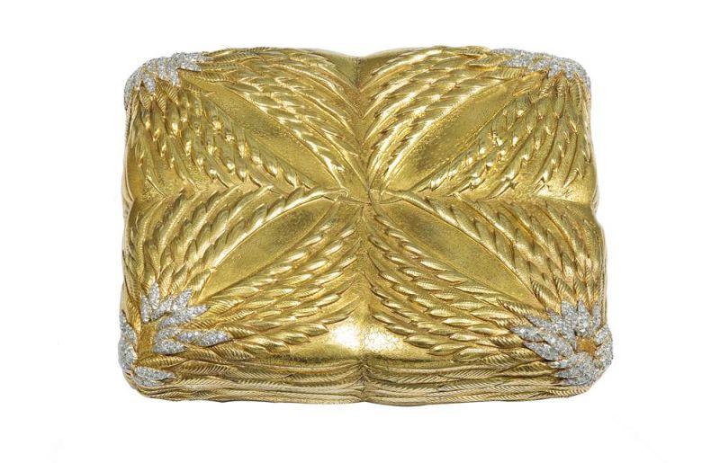 "Tiffany飛翼菸盒 (1958)Jean Schlumberger設計黃金、鉑金與鑽石9.5 x 8 x 2 cm這款菸盒製作於1958年,由Jean Schlumberger設計。飛翼主題經常出現在Schlumberger的珠寶設計與裝飾作品中。最早的一款金質製物盒可以追溯到1950年他與Tiffany開始合作之前。1958年,即Schlumberger設計這款菸盒的同一年,他在紐約大都會藝術博物館榮獲 ""科蒂美國時尚評論家獎 (Coty American Fashion Critics' Award)"" ,是首位獲此殊榮的珠寶設計師。"