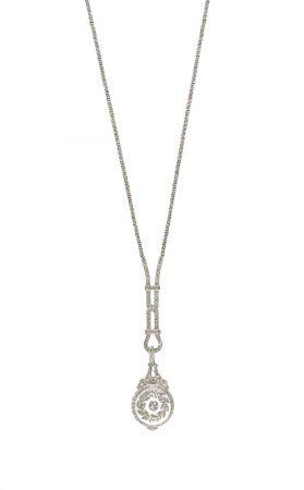 Tiffany吊墜懷錶 Pendant Watch (1919 - 1930)鉑金、鑽石、與水晶石英35.1 x 1.9 x 0.8 cm此種款式的鐘錶稱為吊墜懷錶,可以做為項鍊配戴。在19世紀末到20世紀初深受女性喜愛。這款吊墜懷錶在吊掛時數字會呈現上下顛倒,如此佩戴者拿起來看時,便能輕鬆讀出錶盤上的時間。Tiffany古典珍藏庫中的珠寶草圖分別記錄了項鍊部份與時計部份的設計,這表示購買者可以對吊墜懷錶進行客製化的設計。