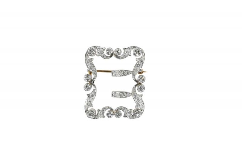 Tiffany飾扣 (1896 - 1909)黃金、鉑金與鑽石3.5x 3.2 x 0.6 cm這些飾扣堪稱是Tiffany運用奢華質材為日常禮服配飾增色的典範。Tiffany打造了一系列搭扣與夾扣,用於裝飾皮帶、服裝、鞋履以及斗篷,不僅外觀華麗,且具備實用功能。