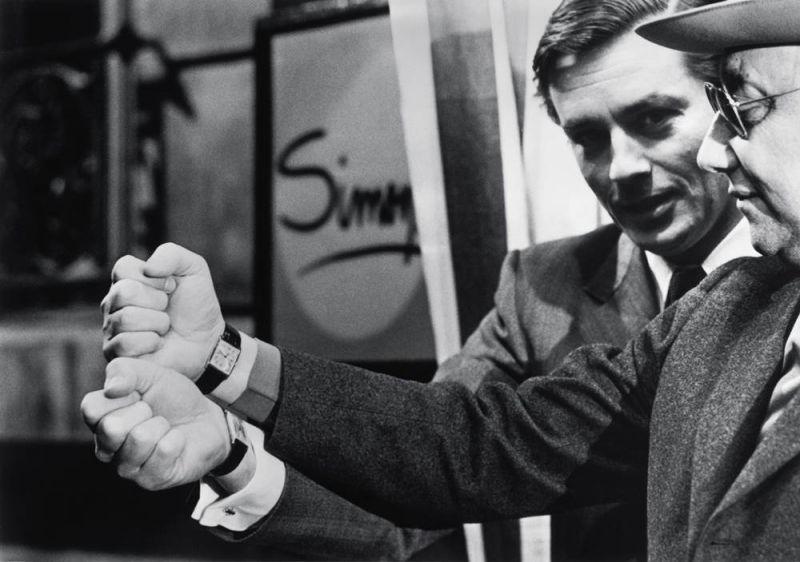在拍攝電影《大黎明》(Un Flic)期間,亞蘭‧德倫(Alain Delon)發現自己和導演尚-皮耶‧梅爾為爾(Jean-Pierre Melville)佩戴著同一款腕錶─TANK Arrondie系列腕錶。© Sunset Boulevard / Collection Raymond Boyer