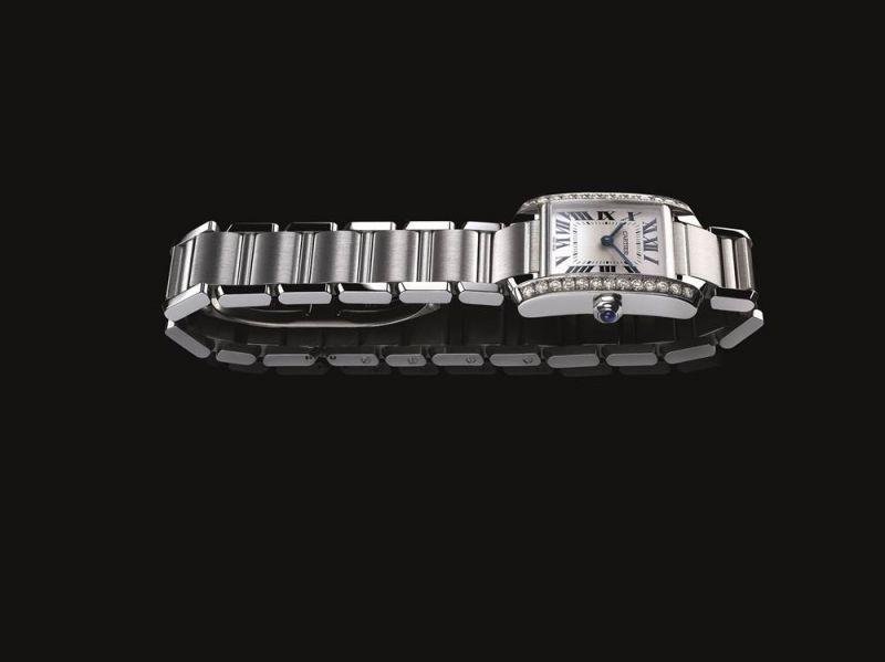全新TANK Française法國腕錶誕生於1996年的TANK Française腕錶將此經典傑作的標誌性設計加以改進(垂直錶耳、羅馬數字時標錶盤、分鐘軌、劍形指針、凸圓形藍寶石上鍊錶冠),配備鍊節錶鍊。弧形錶殼與錶鍊渾然一體,線條、造型及材質均和諧相融。其幾何設計變得更為柔和,同時更為奪目:垂直錶耳經過斜面處理,錶鍊鍊節內凹彎曲。製錶工藝的潤飾細節,凸顯整體線條。