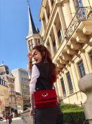 安以軒走在盧森堡街頭的安以軒,肩背2017秋冬Kan I系列-F is Fendi Logo紅絲絨肩背包+Strap you系列,混搭出甜美活潑的氣息