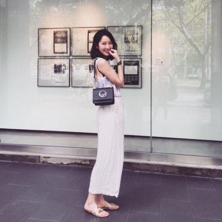 隋棠肩背2017秋冬Kan I系列F is Fendi Logo包款,搭配一身米白裙裝展現脫俗氣質