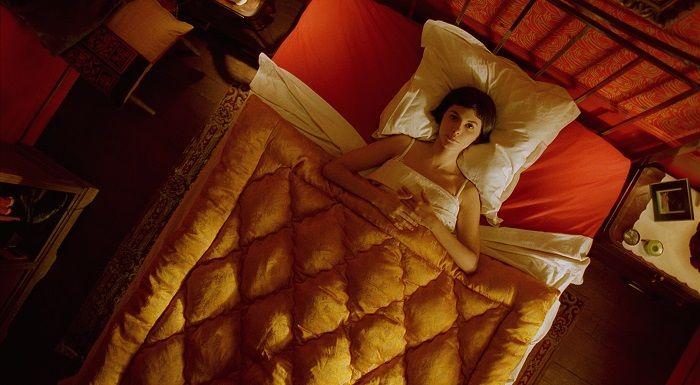 電影一開頭就有場床戲(?) 讓人一秒就被「怪怪的」艾蜜莉吸引
