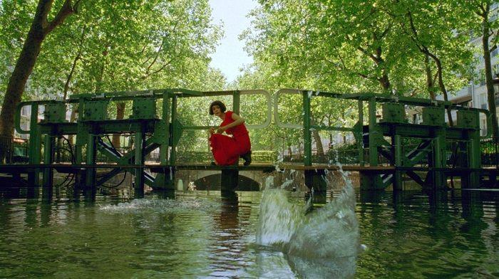 據說奧黛莉朵杜本人不會打水漂,電影中的這一幕是由「代打」演出XD
