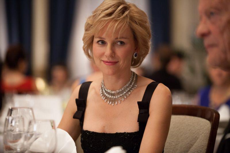 女星 Naomi Watts 在電影《黛安娜(Diana)》中飾演黛安娜王妃配戴 Chopard 珠寶。
