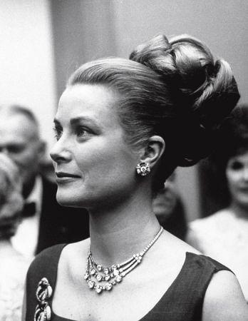 摩納哥葛莉絲王妃佩戴 Cartier 珠寶,攝於1963年。
