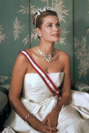 1959年的官方肖像中,葛麗絲王妃配戴了三件 Cartier 珠寶。