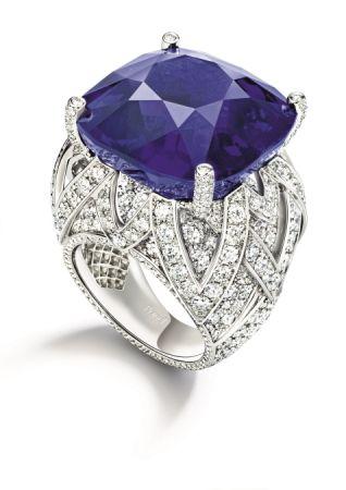 以53.45克拉枕形緬甸藍寶石為主石的 Piaget Blue 戒指。