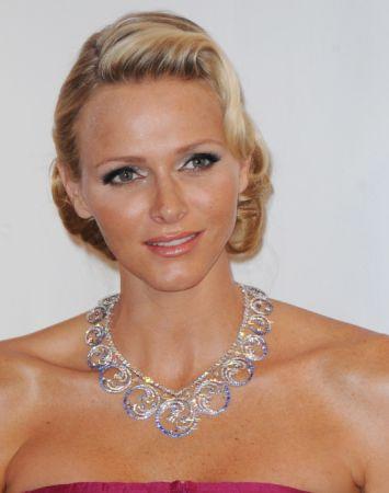 摩納哥夏琳王妃將Van Cleef & Arpels可轉換式冠冕作為項鍊配戴。