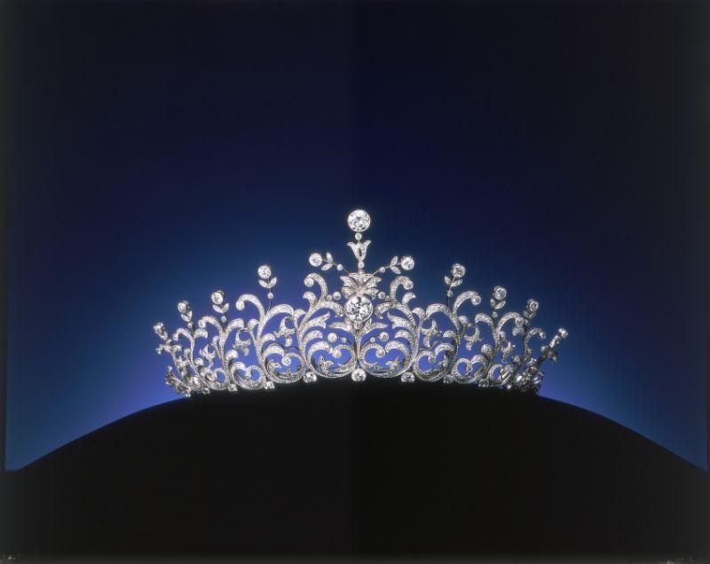 1923到1924年間,日本皇室委託 MIKIMOTO 為昭和天皇成婚大典訂製的冠冕。