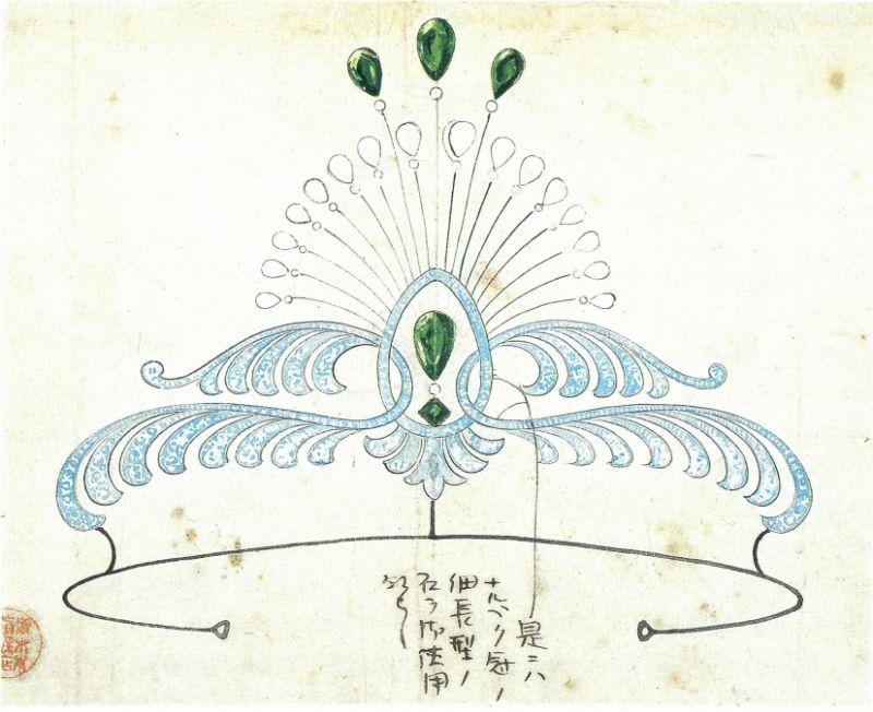 1919年,MIKIMOTO 裝身具工坊創作的一件祖母綠鉑金冠冕,華麗的自然線條,彷彿向豔麗的開屏孔雀致敬。