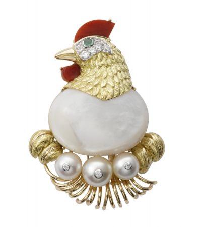 Cartier 以1957年製作的母雞造型胸針為藍本為電影重製作品。