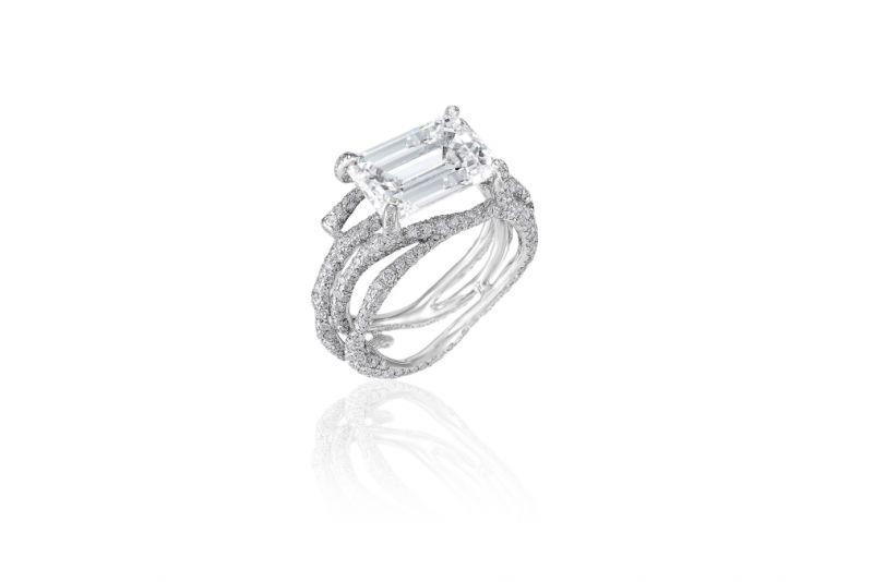 Cindy Chao以祖母綠車工鑽石設計白鑽樹枝戒指。