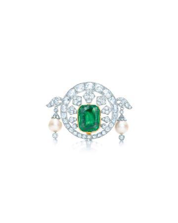 以美式優雅重新設計鑲嵌的 Tiffany & Co. 鑽石與祖母綠胸針。