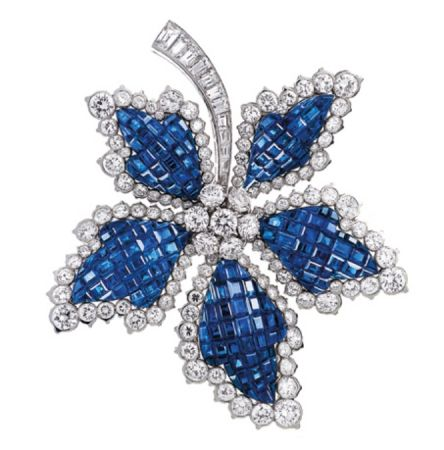 Van Cleef & Arpels於1952年打造Cheastnut Leaf藍寶石隱密式鑲嵌胸針。
