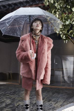 經典格紋洋裝、粉色防水材質風衣、粉色毛絨外套、格紋高筒襪,all by Burberry。