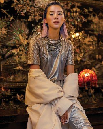 金屬光澤上衣、漆皮修身褲、長版大衣、鑽飾造型胸針,all by Chanel。