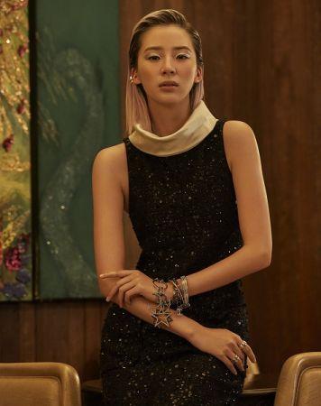 亮片裝飾高領長洋裝、鑽式手鐲、鑽飾項鍊作手鍊使用、Coco Crush 耳釦、Coco Crush 戒指多只,all by Chanel。