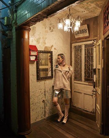 粉色軟呢夾克、銀色寬版短褲、亮粉裝飾高筒靴、珍珠造型項鍊、圖騰造型胸針多只,all by Chanel。