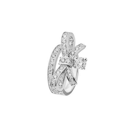 Ruban 戒指18K白金,鑲嵌1顆總重0.40克拉明亮式切割鑽石及51顆總重1.09克拉鑽石。建議售價NT$393,000元