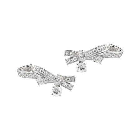 Ruban 耳環18K白金,鑲嵌2顆各重0.40克拉明亮式切割鑽石及54顆總重1.21克拉明亮式切割鑽石。建議售價NT$557,000元