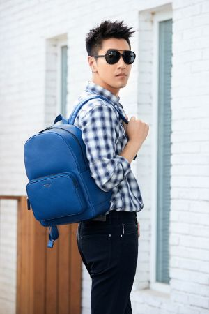 MICHAEL KORS男士格紋襯衫、黑色牛仔褲藏藍色BRYANT雙肩背包