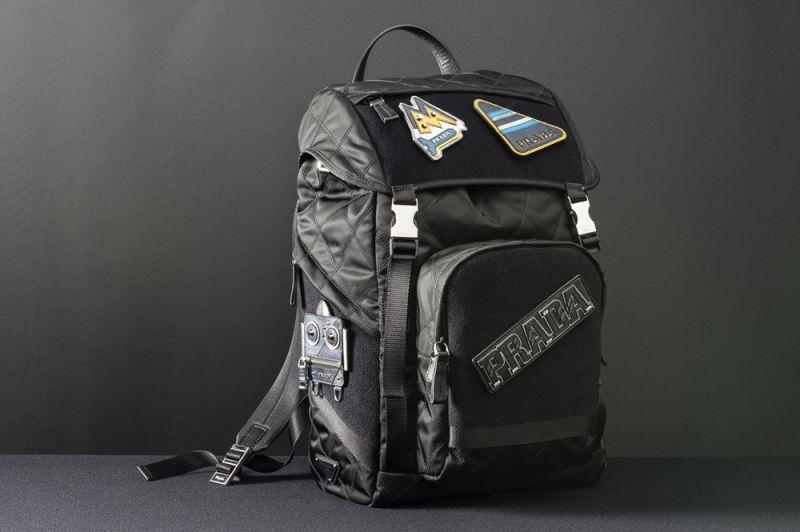 Prada徽章尼龍後背包(含4個徽章貼片)$65,500