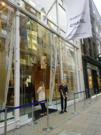 最近香奈兒彩妝相隔15年後再次推出的全新 Garbrielle 嘉柏麗香水,就在倫敦的 Old Bond street 開設期間限定的 pop up store