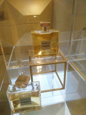 一走進店內,就先看到 Garbrielle 嘉柏麗香水和與香水本身相呼應的金色和透明材質交錯的裝置。