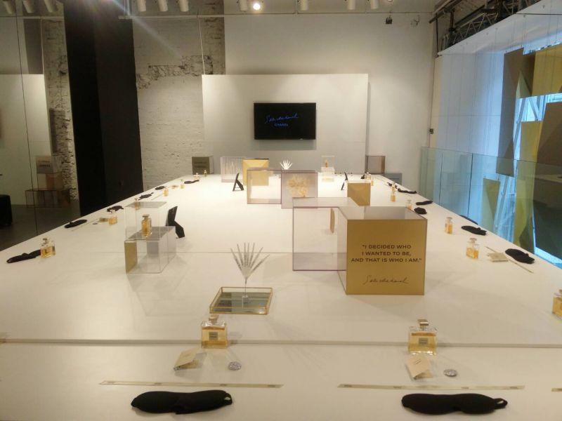 上樓後諾大的空間裡擺著非常大的桌子,每個人都有一個位置,而桌面上都擺放一瓶 Garbrielle 嘉柏麗香水、一瓶試用小香水、一個紀念胸章、一個眼罩和一條緞帶。