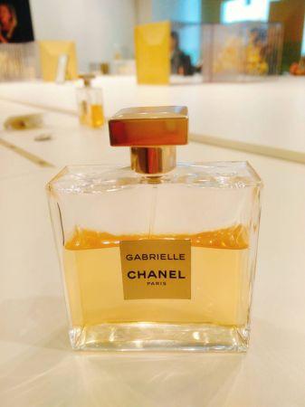而看似簡約大方的方形瓶身,原來藏了好多特別的小細節。薄透而呈現高透明質感的玻璃瓶身,特別在瓶身的中間做成微微的內凹弧形,讓香水握在手中時更容易掌握。