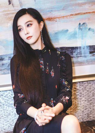 范冰冰搶先在上市前穿著ERDEM x H&M設計師合作系列現身電影《空天獵》活動宣傳。黑色印花連衣裙,搭配褶皺花邊裝飾,洋溢復古優雅氣質。