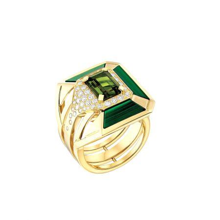 """""""My Green""""戒指以18K黃金鑲嵌一顆1.87克拉祖母綠切割綠色的電氣石, 3片雕刻孔雀石與37顆明亮式切割鑽石。建議售價NTD520,000元"""