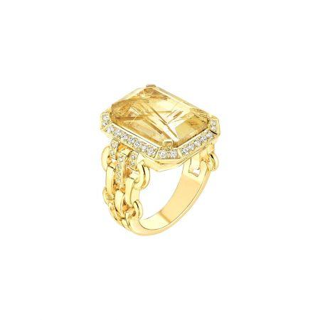 """""""My Chain""""戒指以18K黃金鑲嵌一顆7.5克拉祖母綠式切割髮晶和48顆明亮式切割鑽石。建議售價NTD314,000元"""