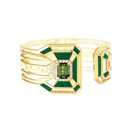 """""""My Green""""銬式手鐲以18K黃金鑲嵌一顆4.62克拉祖母綠切割綠色的電氣石, 10片雕刻孔雀石與36顆明亮式切割鑽石。建議售價NTD1,512,000元"""