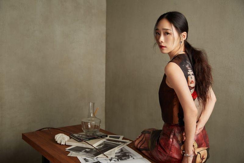 吳可熙。服裝/人像印花上衣、人像印花皮革窄裙,both by Prada。Possession 系列頸鍊、手鐲、耳環、指環,all by Piaget。
